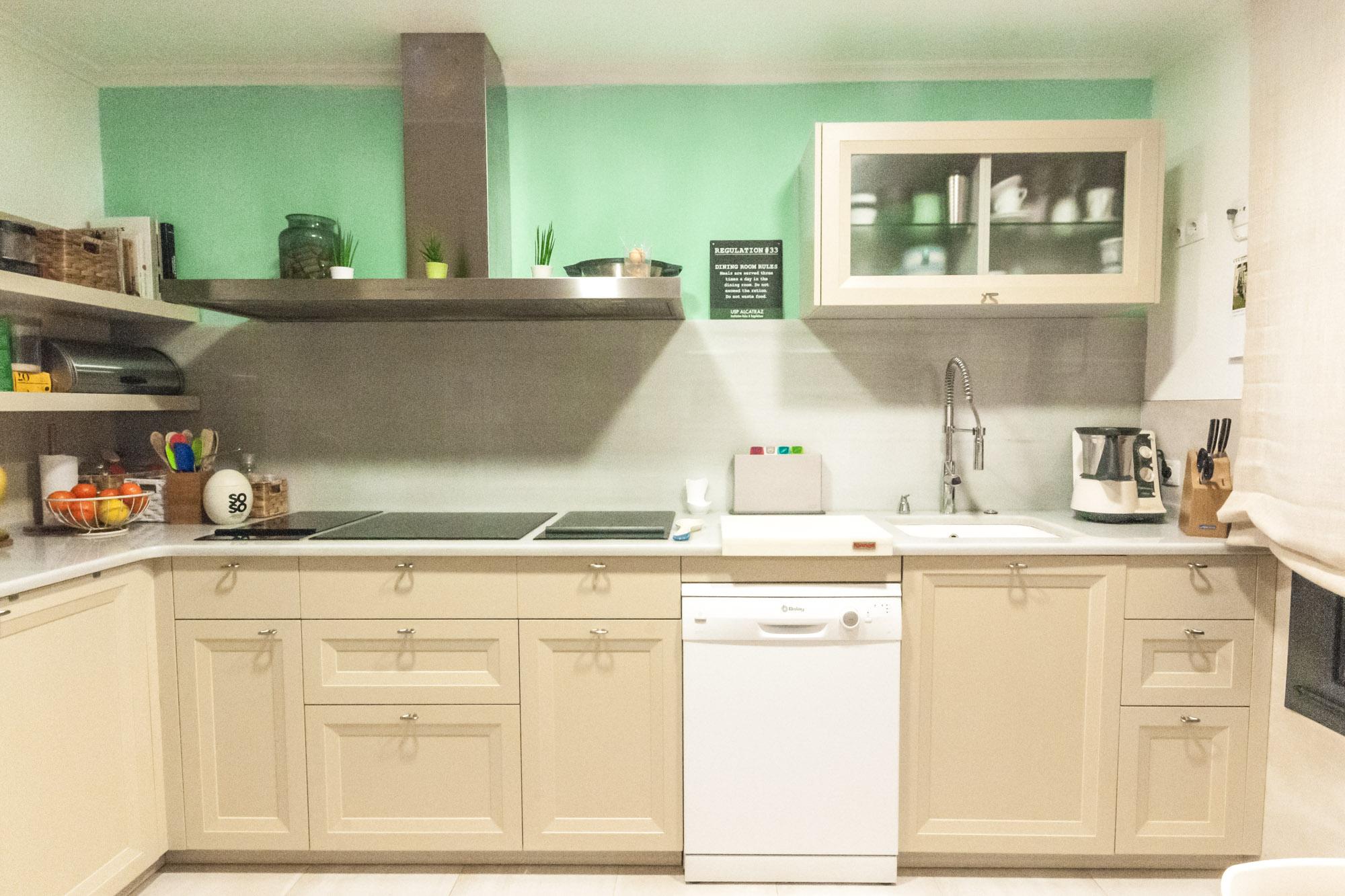 UNA-COCINA-COMODA-Y-ORDENADA, cocina, la casa de mar orden y deco, interiores, decoracion, mobalco